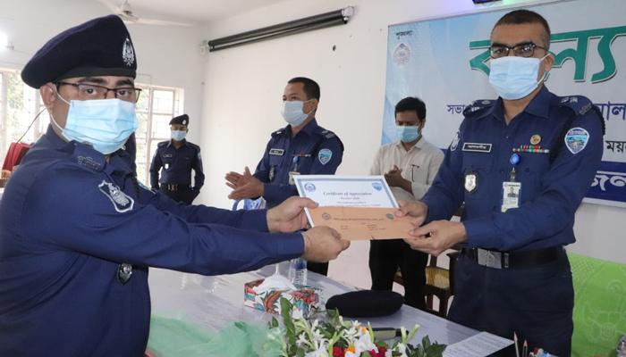 নোয়াখালীতে ৪৭ পুলিশকে পুরস্কৃত করলেন এসপি