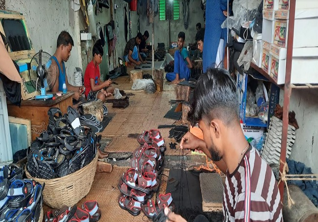 ভালো নেই ব্রাহ্মণবাড়িয়ার পাদুকা শিল্পীরা, অস্তিত্ব সংকটে কারখানাগুলো