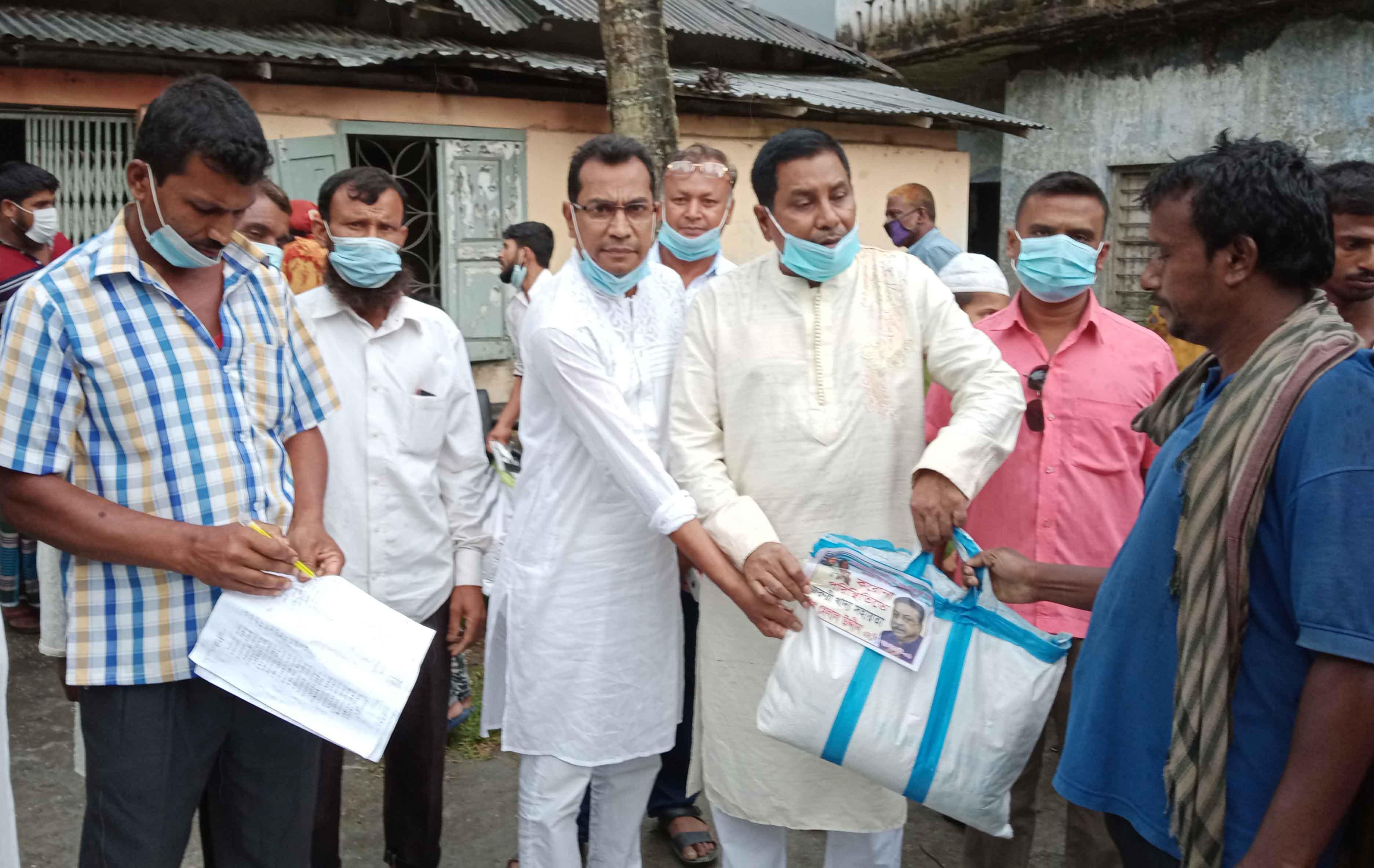 মোল্লাহাটে ভ্যান শ্রমিকদের মাঝে শেখ হেলাল উদ্দীন এমপির খাদ্য সহায়তা প্রদান