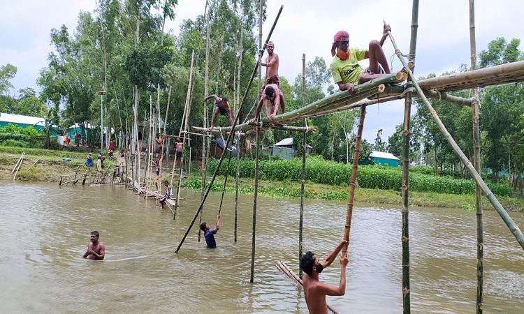 মধুপুরের বংশাই নদীতে স্বেচ্ছাশ্রমে সাঁকো নির্মাণ করলেন গ্রামবাসী