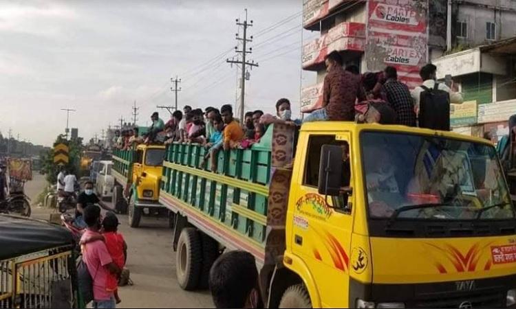 ভালুকায় পোষাক কারখানার শ্রমিকরা কর্মস্থলে যাচ্ছেন তিনগুন বেশী ভাড়া দিয়ে