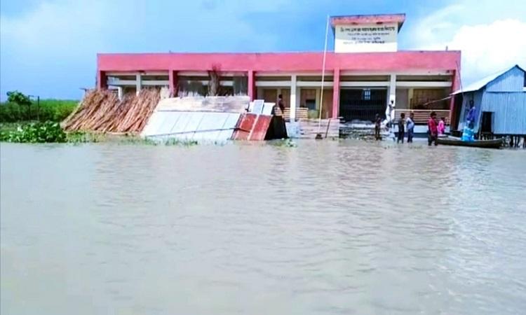 শরীয়তপুরের ভেদরগঞ্জে পদ্মার গর্ভে বিলিন হচ্ছে প্রাথমিক শিক্ষাপ্রতিষ্ঠান