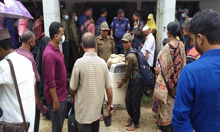 আগামীকাল নির্বাচন: হাতিয়ার ৭টি ইউনিয়নের কেন্দ্রে পৌছেছে ভোট সরঞ্জাম
