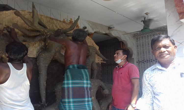 নকলায় প্রতিমা তৈরিতে ব্যস্ত কারিগররা
