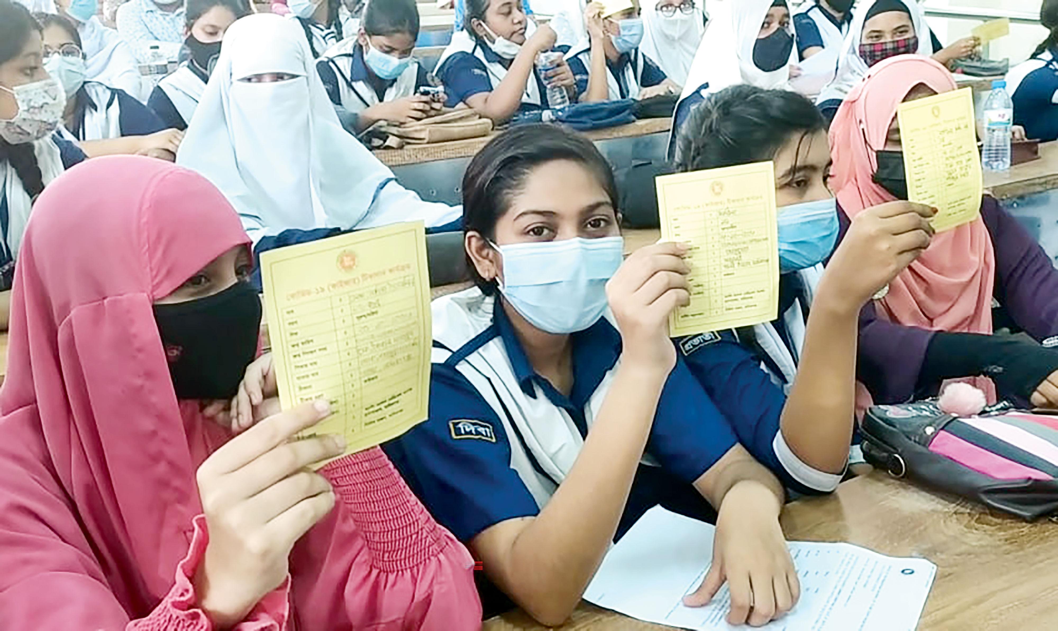 উৎসাহ-উদ্দীপনায় টিকা নিল স্কুল শিক্ষার্থীরা